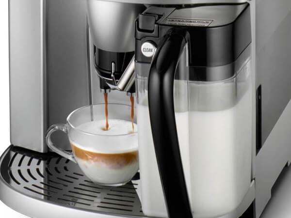 DeLonghi ESAM 4500 vám připraví cappuccino, latté nebo samotné horké mléko.
