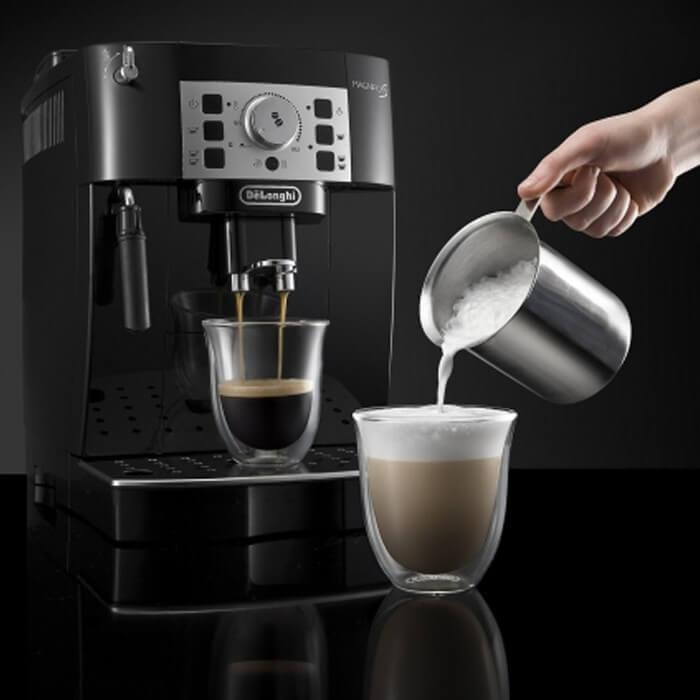 Manuální tryskou vytvoříte lepší mléčnou pěnu, než automatickou. Stačí jen trocha cviku.