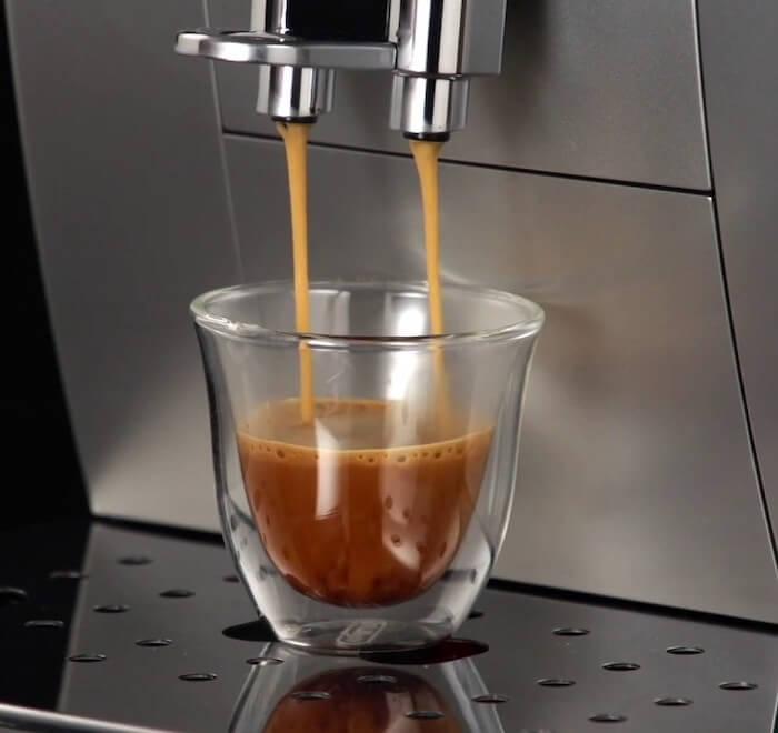 Espresso je hutné a má krásnou pěnu.