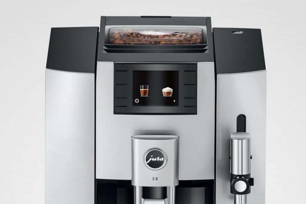 Kávovar má přehledný displej