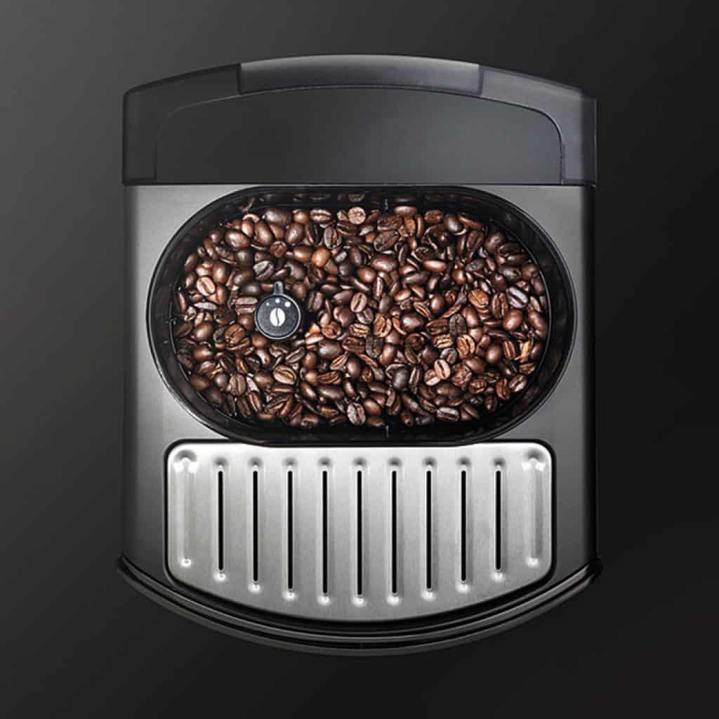 Zásobník na kávová zrna je dostupný z horní strany
